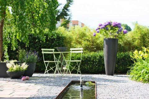 Pflegeleichter Garten mit Brunnen im Zürcher Oberland