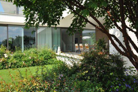 Modern-romantischer Garten mit Sitzplatz