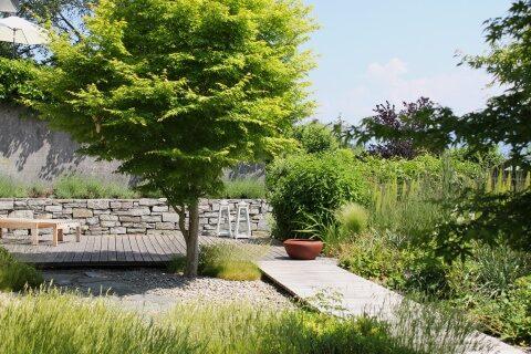 Kleiner Garten mit Holzdeck und Gräsern Schweiz