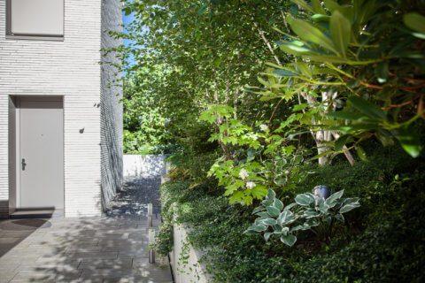 Gartengestaltung-mit-Schwimmteich-VIlla-11