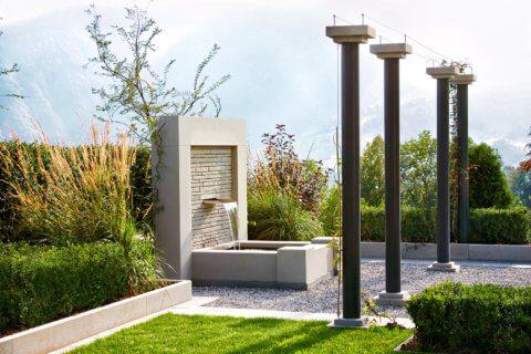 Garten mit Swimming-Pool und Brunnen