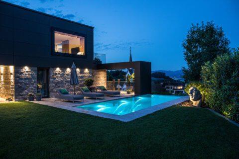 Moderne-Gartengestaltung-Zürich-Swimming-Pool-12-Gartenbeleuchtung