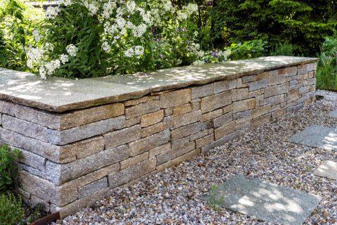 parcs-gartengestaltung-mauern-im-garten-natursteinmauer