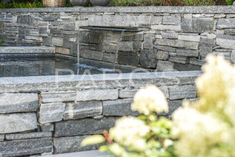kleiner-terrassengarten-terrasse-mit-brunnen-parcs-gartengestaltung-1