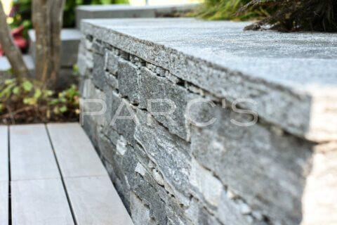 kleiner-terrassengarten-terrasse-mit-brunnen-parcs-gartengestaltung-11