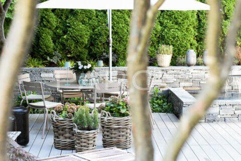 kleiner-terrassengarten-terrasse-mit-brunnen-parcs-gartengestaltung-2