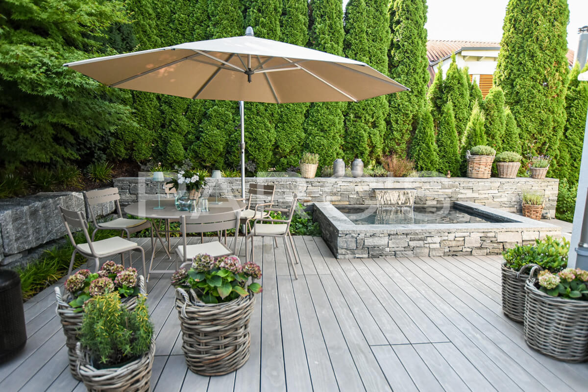 Kleiner Terrassengarten mit Brunnen   PARC'S Gartengestaltung GmbH