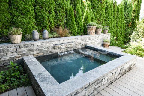 kleiner-terrassengarten-terrasse-mit-brunnen-parcs-gartengestaltung-7